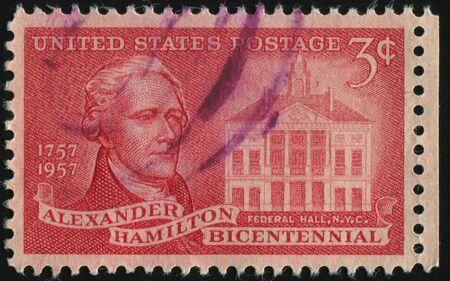 alexander hamilton: Stati Uniti - CIRCA 1957: timbro stampato da Stati Uniti, mostra Alexander Hamilton e Federal hall, intorno al 1957 Editoriali