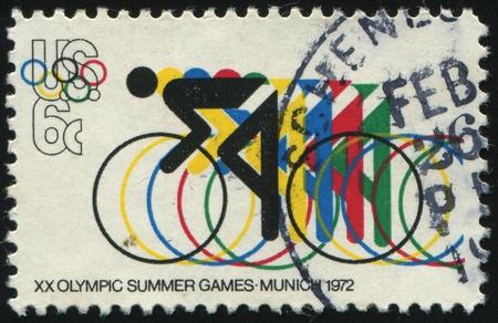 deportes olimpicos: Estados Unidos - alrededor de 1972: Sello impreso por Estados Unidos, muestra de ciclismo y anillos Ol�mpicos, alrededor del a�o 1972. Editorial