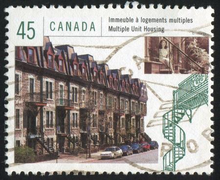 multiplicar: Canad� - alrededor de 1998: Sello impreso por Canad�, muestra multiplicar unidad de vivienda, alrededor de 1998 Foto de archivo
