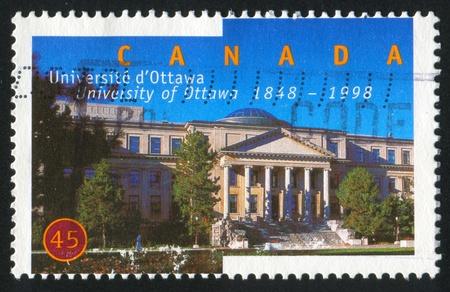 CANADA - CIRCA 1998: sello impreso por Canad�, muestra de la Universidad de Ottawa, 150 Aniv, alrededor del a�o 1998. Foto de archivo - 9957620