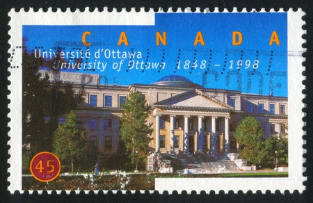 CANADA - CIRCA 1998: sello impreso por Canadá, muestra de la Universidad de Ottawa, 150 Aniv, alrededor del año 1998. Foto de archivo - 9957620
