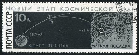 paisaje lunar: RUSIA - CIRCA 1966: sello impreso por Rusia, muestra Luna 9 y la fotograf�a de paisaje lunar, alrededor del a�o 1966