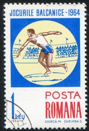 lanzamiento de disco: RUMANIA - CIRCA 1964: sello impreso por Rumania, muestra lanzamiento de disco, alrededor de 1964