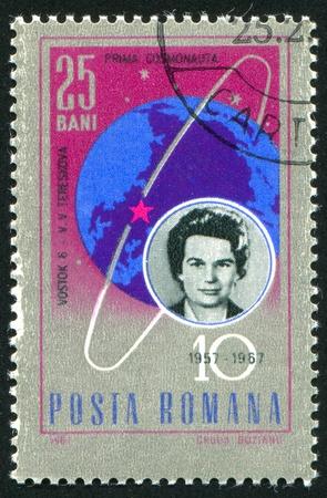 tereshkova: ROMANIA - CIRCA 1967: timbro stampato dalla Romania, mostra Valentina Tereshkova e globo con la traiettoria della Vostok 6, circa 1967 Editoriali