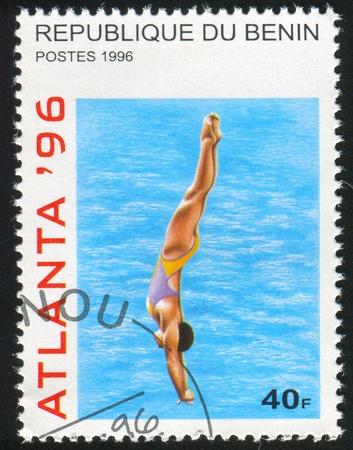 piscina olimpica: BENIN CIRCA1996: sello impreso por Benin, muestra Buceo, alrededor de 1996