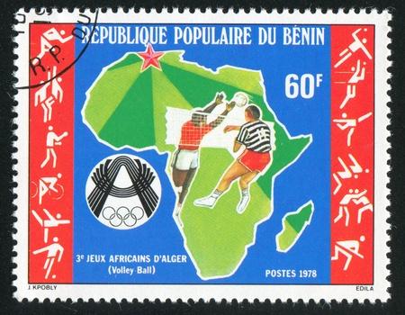 BENIN CIRCA 1978: Stempel von Benin gedruckt, zeigt Karte von Afrika, Volleyballer, circa 1978 Standard-Bild - 10792469