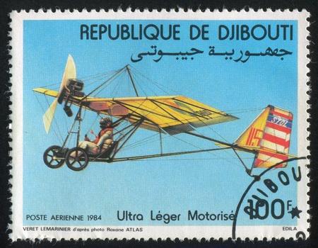 motorizado: YIBUTI - CIRCA 1984: sello impreso por Yibuti, muestra motorizada Hang Gliders, circa 1984 Foto de archivo