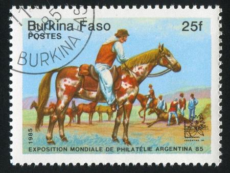 piebald: BURKINA FASO alrededor de 1985: sello impreso por Burkina Faso, muestra Gaucho, moreno, alrededor de 1985 Foto de archivo