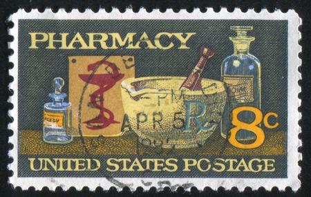 VEREINIGTE STAATEN - CIRCA 1972: Stempel von Vereinigten Staaten von Amerika gedruckt, zeigt Mörser und Stößel, Schüssel Hygeia, circa 1972 Standard-Bild - 10892268