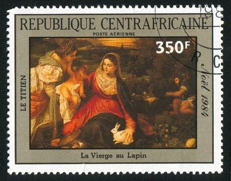 REPUBLIQUE CENTRAFRICAINE - CIRCA 1985: timbre imprimé par la République centrafricaine, montre peinture du Titien, la Vierge avec Lapin, circa 1985