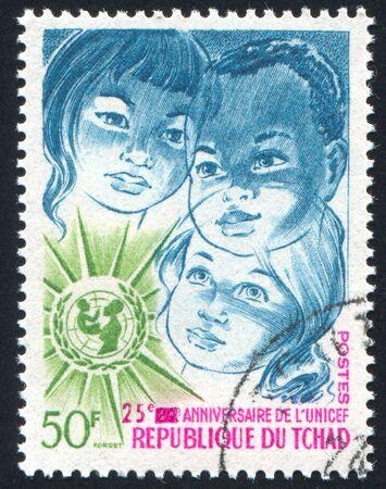 unicef: CIAD - CIRCA 1971: timbro stampato da Chad, mostra UNICEF Emblema e bambini, circa 1971