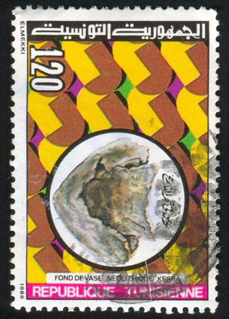 neolithic: T�NEZ - CIRCA 1986: sello impreso por T�nez, muestra la base de un vaso neol�tico, Kesra, alrededor del a�o 1986
