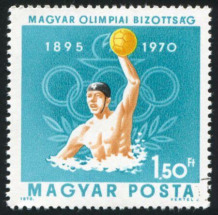 piscina olimpica: Hungría - CIRCA 1970: sello impreso por Hungría, muestra el waterpolo y los anillos olímpicos, alrededor de 1970 Editorial