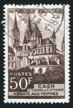 hommes: FRANCIA - CIRCA 1951: sello impreso por Francia, muestra Abbaye aux Hommes, Caen, circa 1951 Foto de archivo