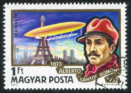 alberto: HUNGR�A - CIRCA 1977: sello impreso por Hungr�a, muestra Alberto Santos-Dumont y dirigible, volando alrededor de la Torre Eiffel, circa 1977 Editorial