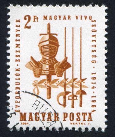 sabel: HONGARIJE - CIRCA 1964: stempel gedrukt door Hongarije, toont Armor, sabel, zwaard en folie circa 1964 Stockfoto