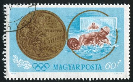 piscina olimpica: Hungría - CIRCA 1965: sello impreso por Hungría, muestra una medalla de water polo, en torno a 1965 Editorial