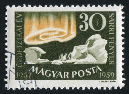 polar light: HUNGR�A - CIRCA 1959: sello impreso por Hungr�a, muestra iceberg, ping�ino y la luz polar, alrededor del a�o 1959 Foto de archivo