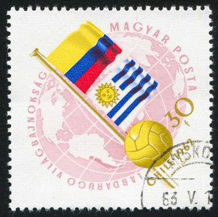 bandera de uruguay: HUNGR�A CIRCA 1962: sello impreso por Hungr�a, muestra las banderas de Colombia y Uruguay y el f�tbol, ??alrededor del a�o 1962