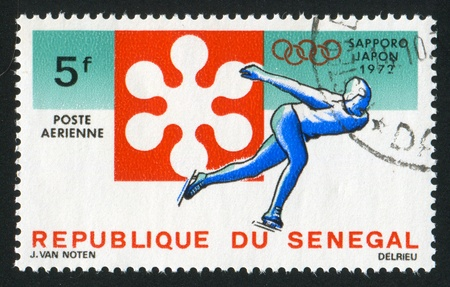 SENEGAL - CIRCA 1972: Stempel von Senegal gedruckt, zeigt Sapporo olympischen Emblems und Geschwindigkeit scating, circa 1972 Standard-Bild - 12590457
