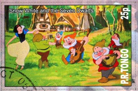 TONGO - CIRCA 2011: Stempel von Tongo gedruckt, zeigt Walt Disney-Zeichentrickfilm-Figur, Schneewittchen und die sieben Zwerge, circa 2011 Standard-Bild - 12592151