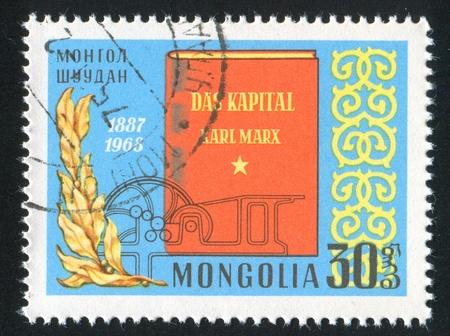 """Mongolei - CIRCA 1968: Stempel von der Mongolei gedruckt, zeigt das Buch """"Das Kapital"""" von Karl Marx, circa 1968 Editorial"""