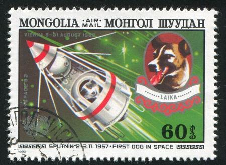 Mongolei - CIRCA 1982: Stempel von der Mongolei gedruckt, zeigt Sputnik 2 und Laika, circa 1982 Standard-Bild - 12786958