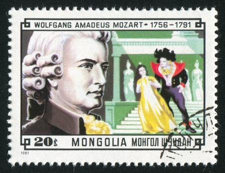 amadeus mozart: MONGOLIA - CIRCA 1981: sello impreso por Mongolia, muestra compositor Wolfgang Amadeus Mozart y la escena de su flauta m�gica, alrededor de 1981