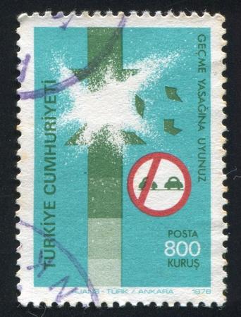 ordenanza: TURQUÍA - CIRCA 1978: sello impreso por Turquía, muestra la seguridad vial, accidente causado por paso incorrecto, alrededor de 1978