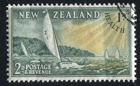 bateau de course: NOUVELLE-Z�LANDE - CIRCA 1951: timbre imprim� par la Nouvelle-Z�lande, montre Racing Yachts, vers 1951 Banque d'images