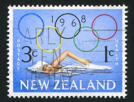 piscina olimpica: NUEVA ZELANDA - CIRCA 1968: sello impreso por Nueva Zelanda, muestra Chica natación y los anillos olímpicos, alrededor del año 1968