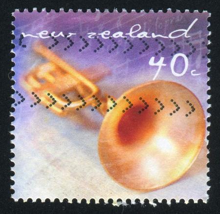 repertoire: NIEUW-ZEELAND - CIRCA 2001: stempel gedrukt door Nieuw-Zeeland, toont trompet, circa 2001