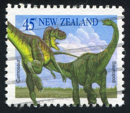sauropod: NUEVA ZELANDA - CIRCA 1993: sello impreso por Nueva Zelanda, muestra Carnosaur y saur�podo, alrededor del a�o 1993