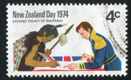 NUEVA ZELANDA - CIRCA 1974: sello impreso por Nueva Zelanda, muestra a dos hombres de firma del Tratado de Waitangi, circa 1974