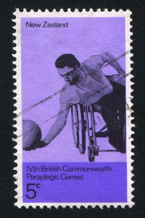 paraplegic: NUEVA ZELANDA - CIRCA 1974: sello impreso por Nueva Zelanda, muestra pelotero de Parapl�jicos, alrededor de 1974