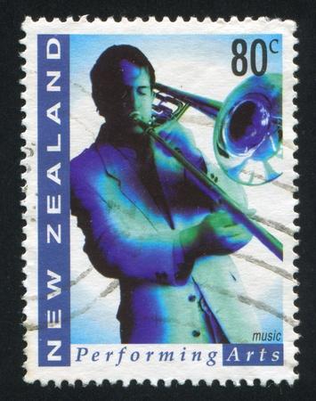 repertoire: NIEUW-ZEELAND - CIRCA 1998: stempel gedrukt door Nieuw-Zeeland, toont de mens trompet, circa 1998 Redactioneel
