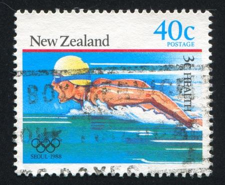 piscina olimpica: NUEVA ZELANDA - CIRCA 1988: sello impreso por Nueva Zelanda, muestra nadador en los Juegos Olímpicos de Verano en Seúl, circa 1988 Editorial