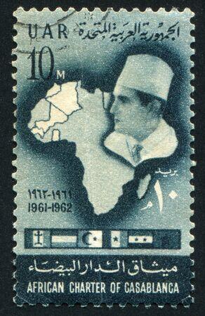 arabische letters: EGYPTE - CIRCA 1962: stempel gedrukt door Egypte, toont Kaart van Afrika, koning Mohammed V van Marokko en vlaggen, circa 1962