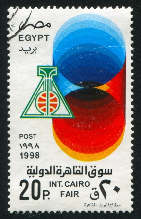 illusory: EGIPTO - CIRCA 1998: sello impreso por Egipto, muestra emblemas, alrededor del a�o 1998 Foto de archivo