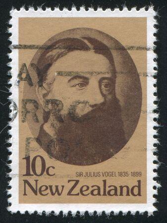 statesman: NUOVA ZELANDA - CIRCA 1979: timbro stampato dalla Nuova Zelanda, mostra Sir Julius Vogel, 19 centenario statista Nuova Zelanda, circa 1979 Editoriali