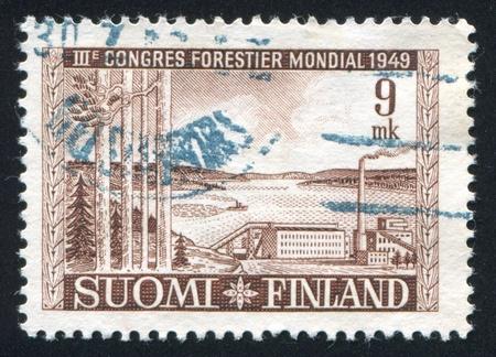 celulosa: FINLANDIA - CIRCA 1949: sello impreso por Finlandia, muestra f�brica de celulosa en el lago Saimaa, alrededor del a�o 1949
