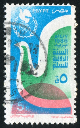 illusory: EGIPTO - CIRCA 1986: sello impreso por Egipto, muestra paz internacional Emblem a�o, alrededor del a�o 1986