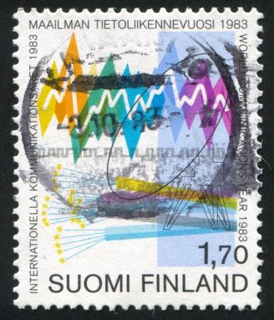 telegraphy: FINLANDIA - CIRCA 1983: timbro stampato dalla Finlandia, mostra onde sonore, cavi ottici, circa 1983