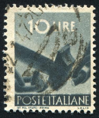 ITALIA - CIRCA 1945: sello impreso por Italia, muestra la cadena de �ltima hora, alrededor de 1945 photo