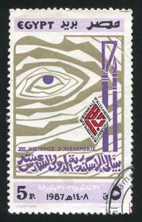 illusory: EGIPTO - CIRCA 1987: sello impreso por Egipto, muestra la pintura abstracta, Bienal de Arte de Alejandr�a emblema, alrededor del a�o 1987