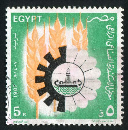 illusory: EGIPTO - CIRCA 1987: sello impreso por Egipto, muestra los conos, emblema con el barco antiguo, alrededor del a�o 1987