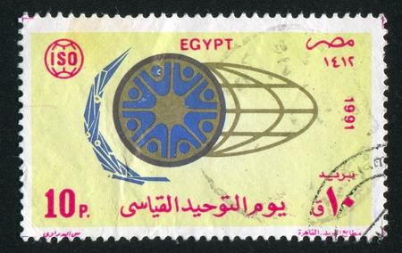 illusory: EGIPTO - CIRCA 1991: sello impreso por Egipto, muestra Globe, emblema de D�a de las Naciones Unidas, alrededor del a�o 1991
