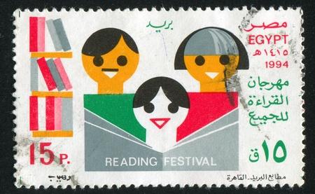 abjad: EGYPT - CIRCA 1994: stamp printed by Egypt, shows Books, shelfs, family, circa 1994