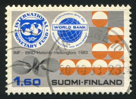 Bank Światowy: FINLANDIA - OKOŁO 1982: Stempel drukowane przez Finlandię, pokazuje odznaczenia MFW i Banku Światowego, ok. 1982 Publikacyjne