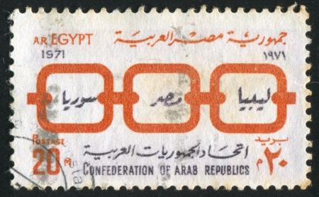 confederation: EGITTO - CIRCA 1971: timbro stampato da Egitto, mostra Arabi repubbliche confederazione emblema, circa 1971 Editoriali